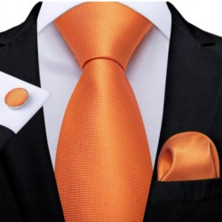 Kravata, kapesníček a manžetové knoflíčky ve stejném dezénu